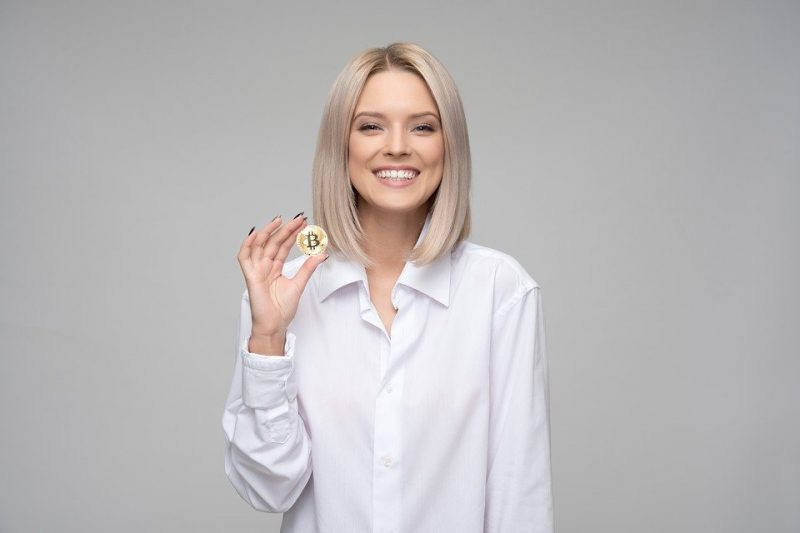 Frau mit Bitcoin