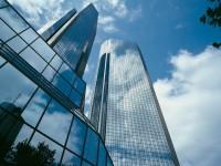 Bankentürme in Frankfurt: Finanztitel ziehen die Märkte erneut ins Minus