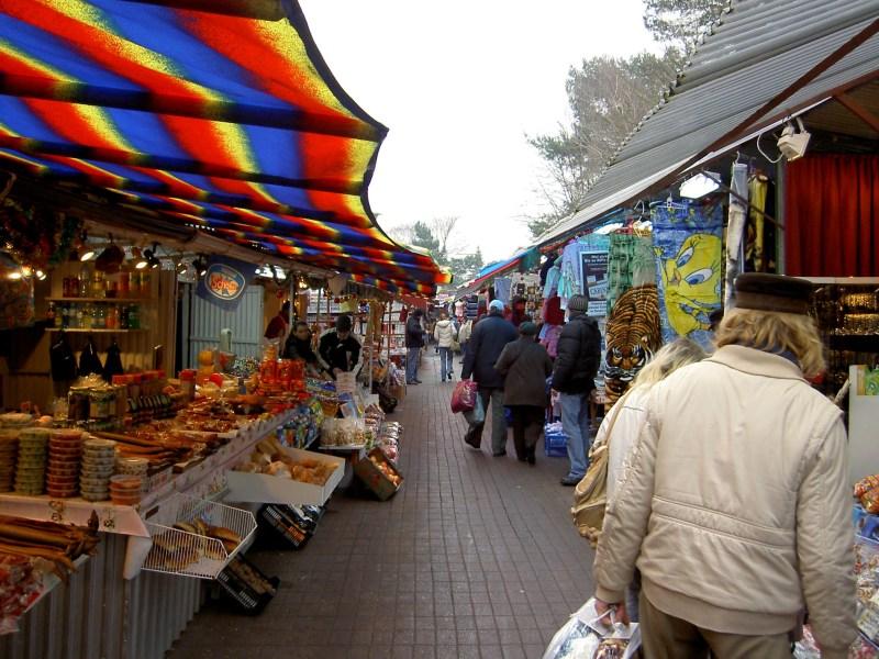 'Und einen geräucherten Aal packe ich noch obendrauf': Marktschreier haben Verkaufstrategien verinnerlicht (Foto: Karl-Heinz Liebisch, pixelio.de)