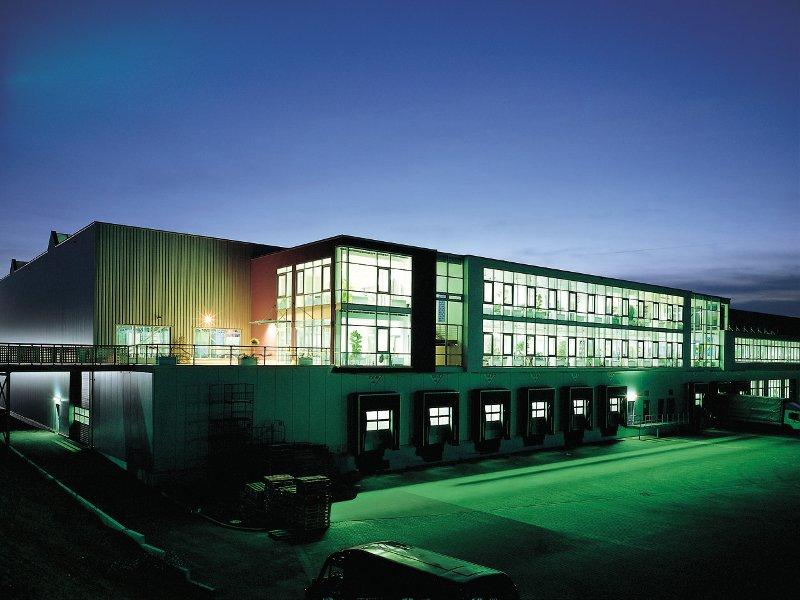 Logistikzentrum bei Nacht (Quelle: Müller - Die lila Logistik AG)
