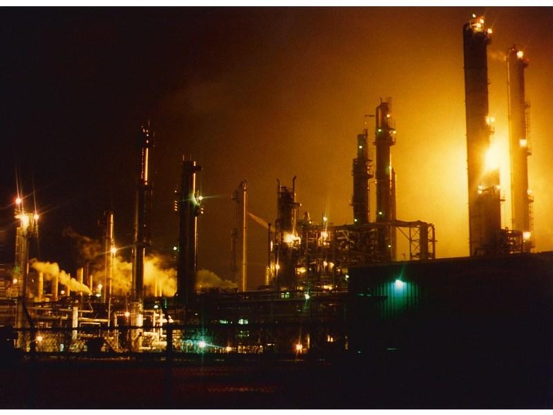 Ölraffinerie bei Nacht: Die Wirtschaft ist noch immer von Öl abhängig (Quelle: Morgue File)