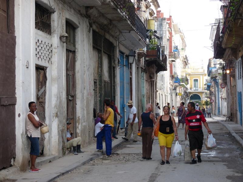Passanten im Stadtzentrum von Havanna (Copyright: Nico Popp)